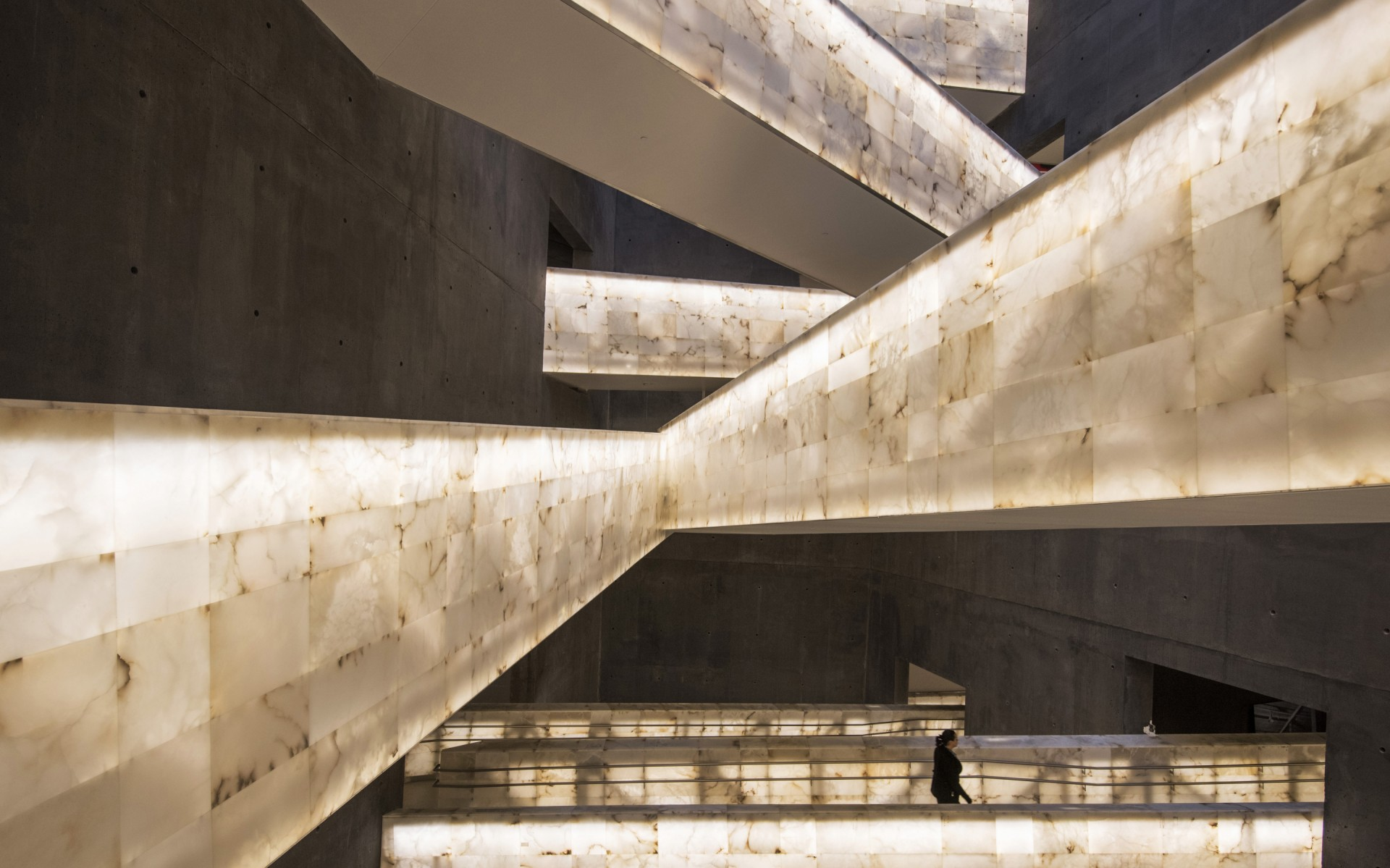 Architect Antoine Predock developed a concept of illuminated alabaster ramps to provide a space for visitors to clear their minds between galleries.