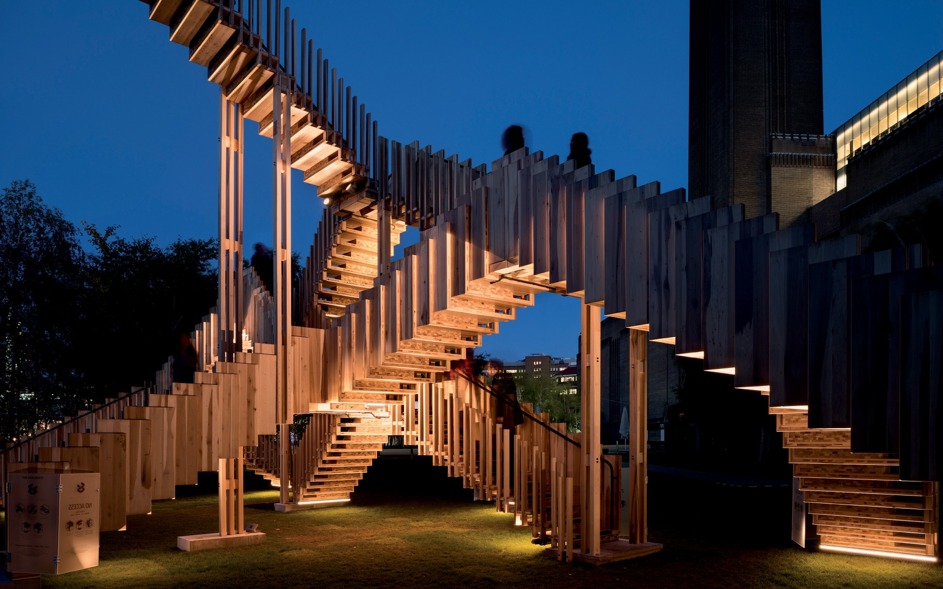 The combination of linear grazers and narrow spotlights creates a play between the structure and the nature of light.