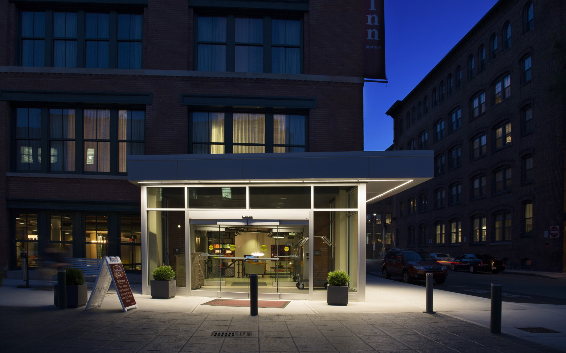 Schweppe used Lumenfacade fixtures to illuminate the hotel's main entrance.