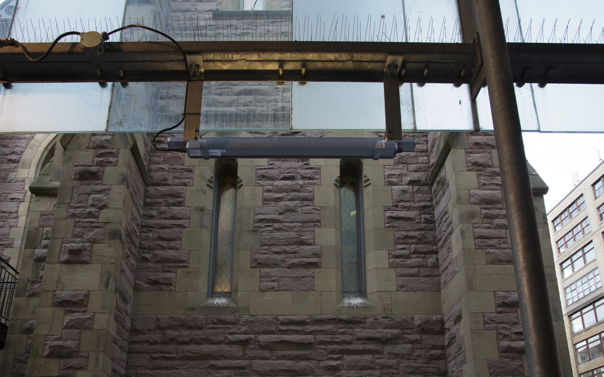 To graze the building without damaging the original stone, Lumenpulse fixtures were mounted to adjacent buildings.
