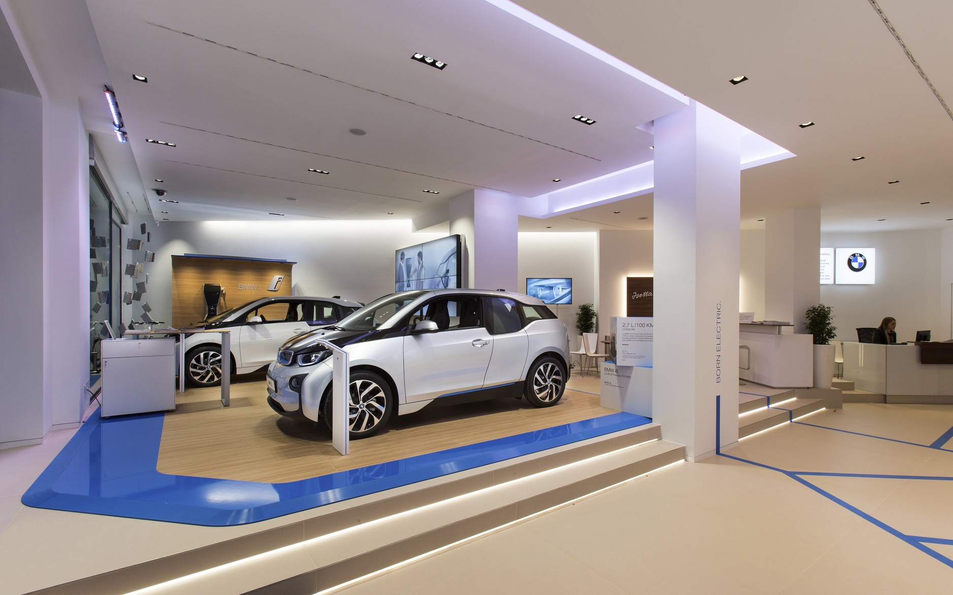 Lighting designer Piero Comparotto used Lumenpulse Multi downlights at the BMW showroom in Rome.