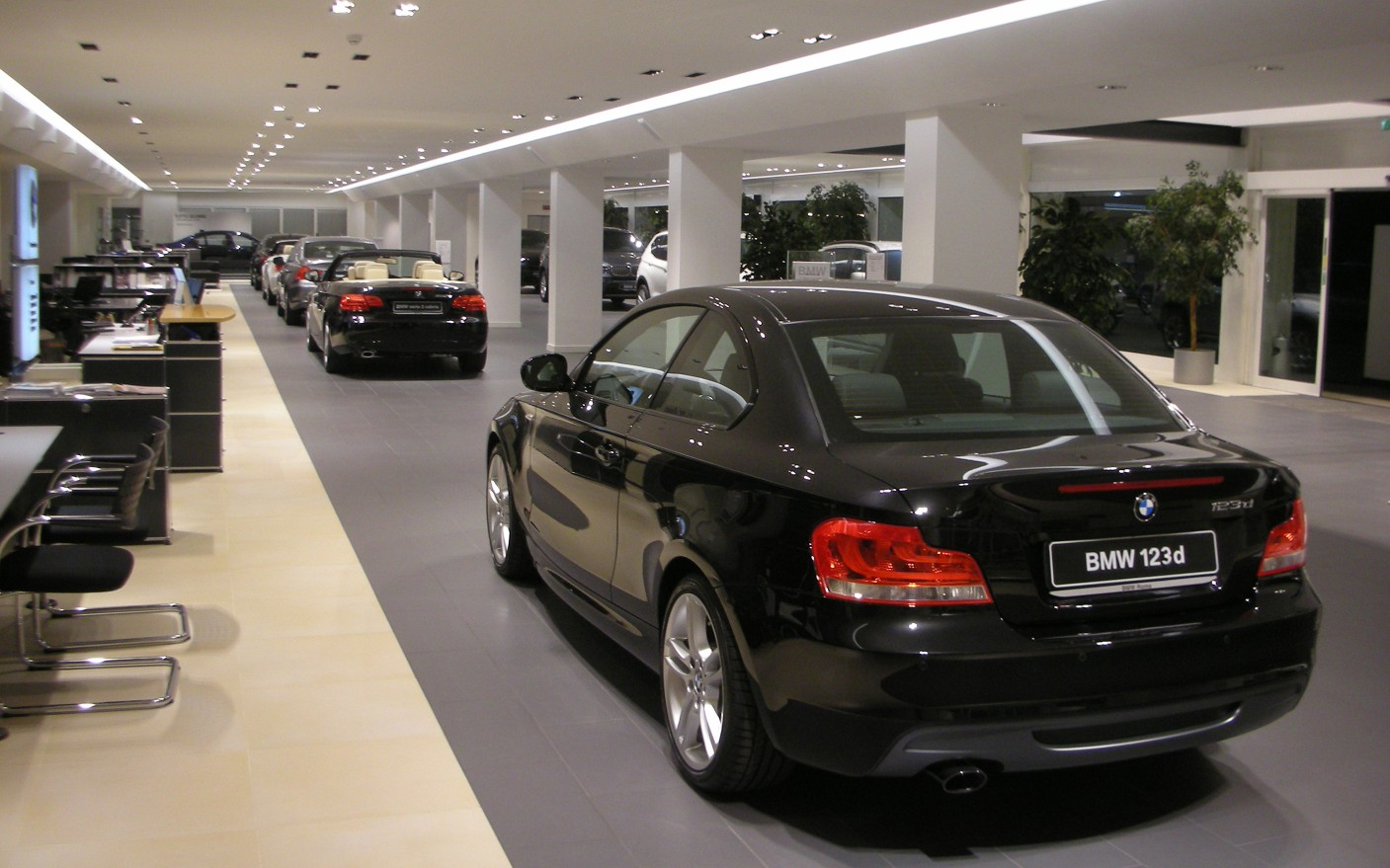 Opting for a warm 3000K color temperature, Comparotto mounted the luminaires in linear lines throughout the showroom.