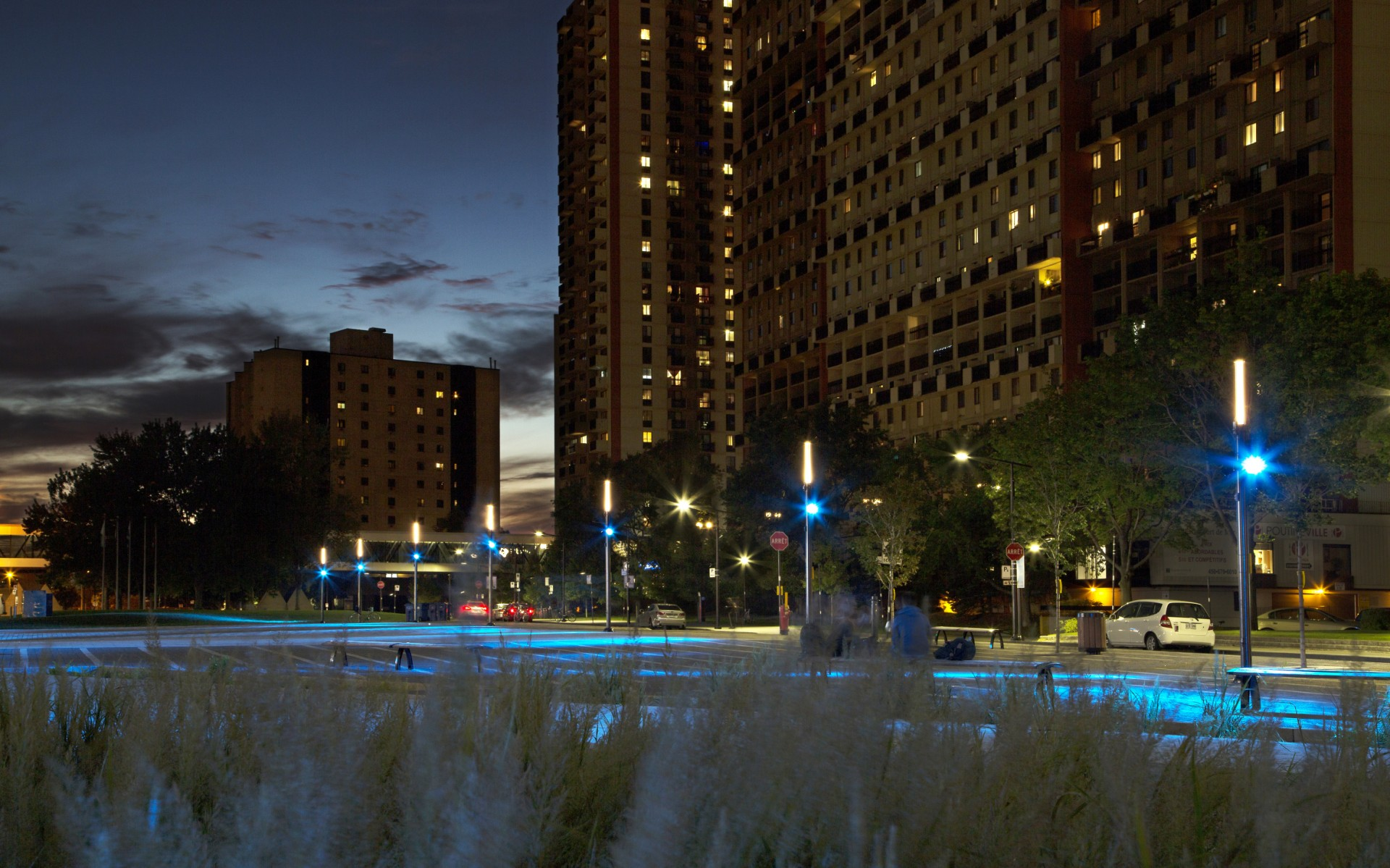 The result is a flexible, dynamic lighting design that brings a modern touch to the urban heart of Longueuil.