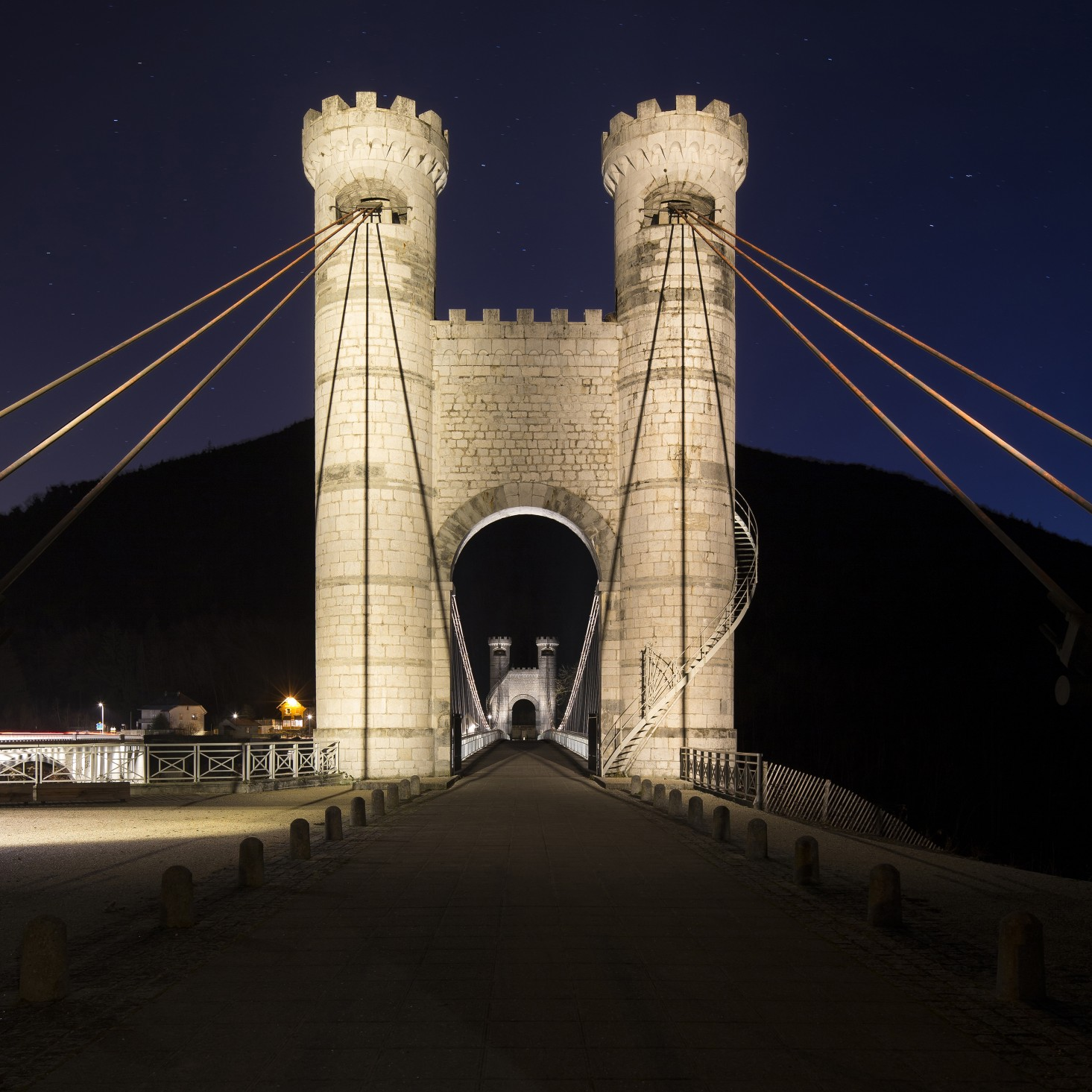 Les Éclairagistes Associés selected Lumenfacade luminiares in a warm 3000K. The luminaires are installed underneath the bridge and aimed downward to emphasize the structure's unreinforced concrete and its arch.