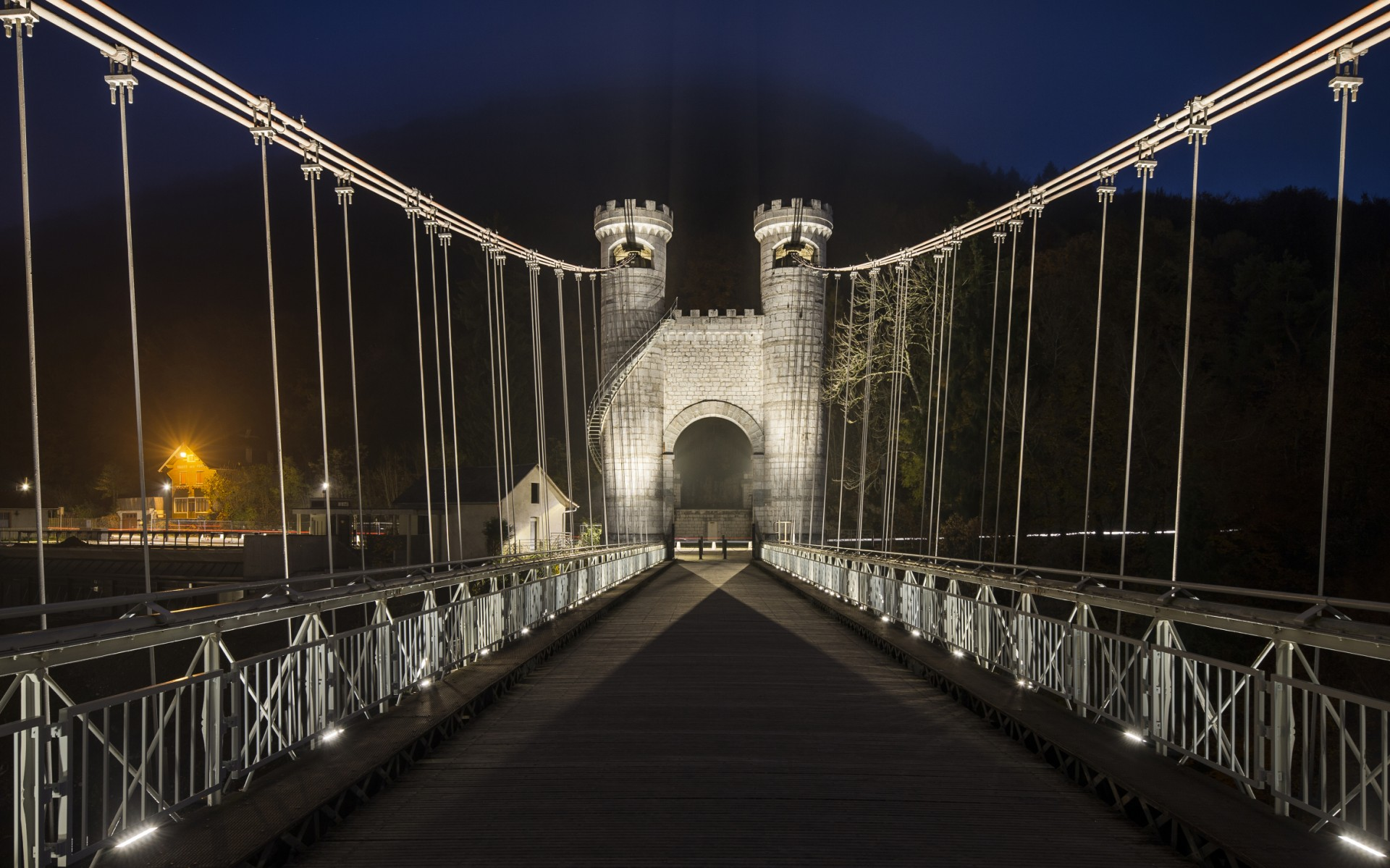 For the historic Charles Albert suspension bridge, Les Eclairagistes Associés chose 1-foot Lumenfacade luminaires in a warm, 3000K color temperature.