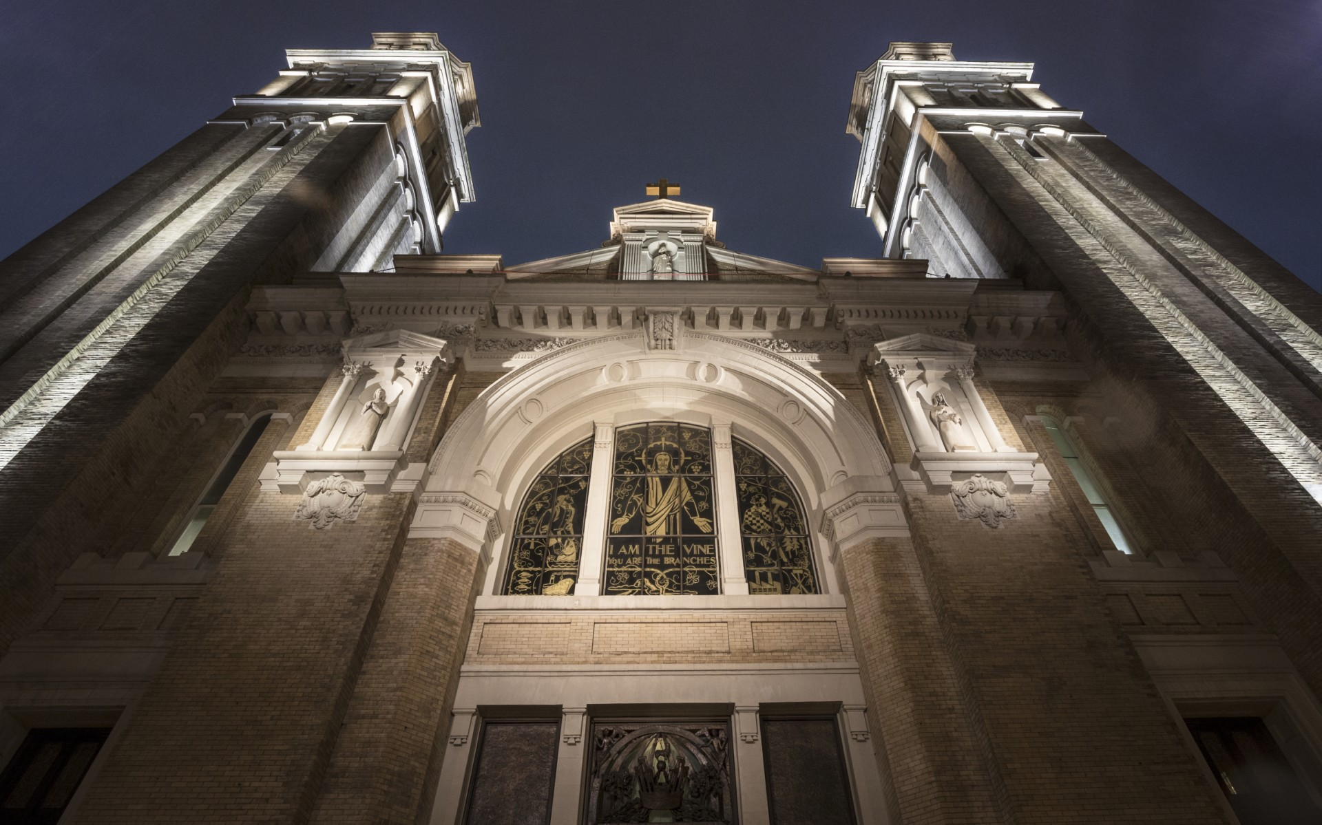 Working with church leadership and consulting architect Stephen Lee, Eluned devised a two-part, all-LED solution to replace the cathedral's outdated HID and CFL exterior lighting.