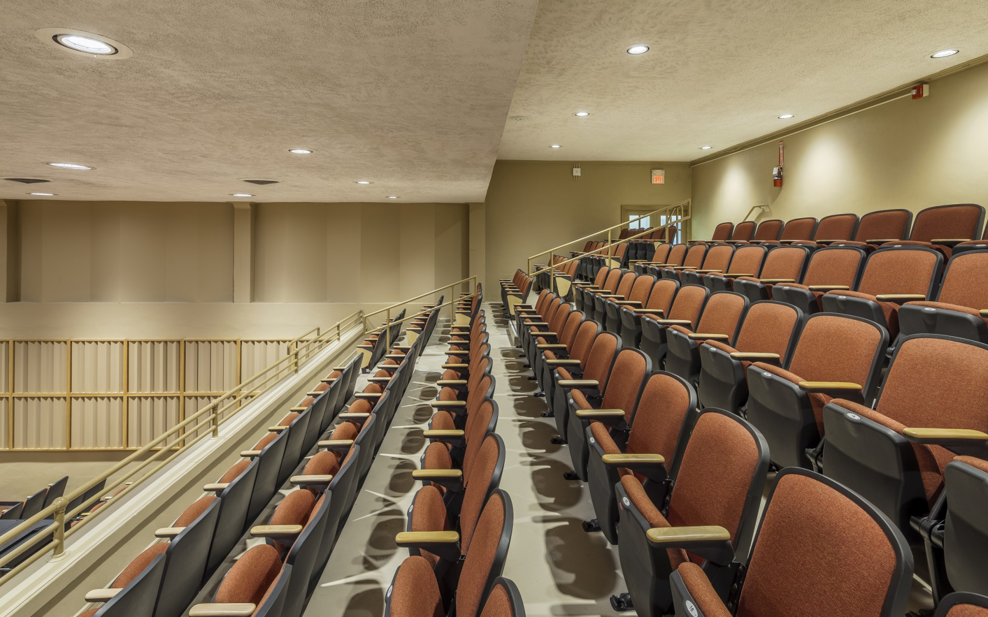 Lumenbeam Medium fixtures were used under the balcony to provide the same level of flexibility and brightness.
