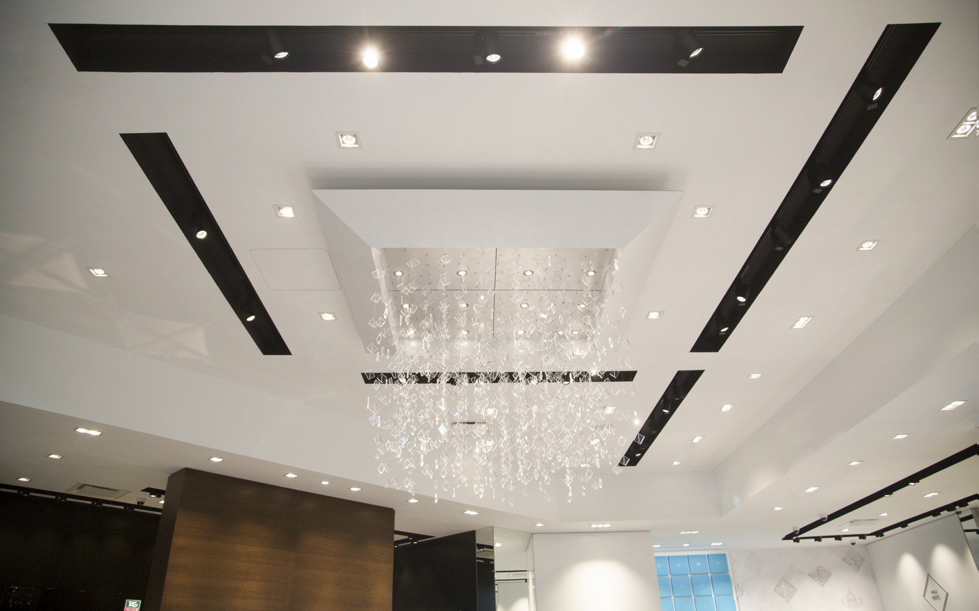 Fully adjustable, the luminaires increases the store's flexibility, allowing it to change display lighting, as needed.