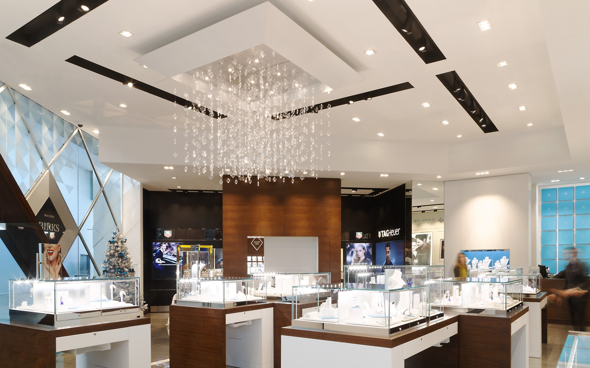 For its store in Laval, Quebec, the company wanted a flexible, new lighting system that would help bring out the best in their products.