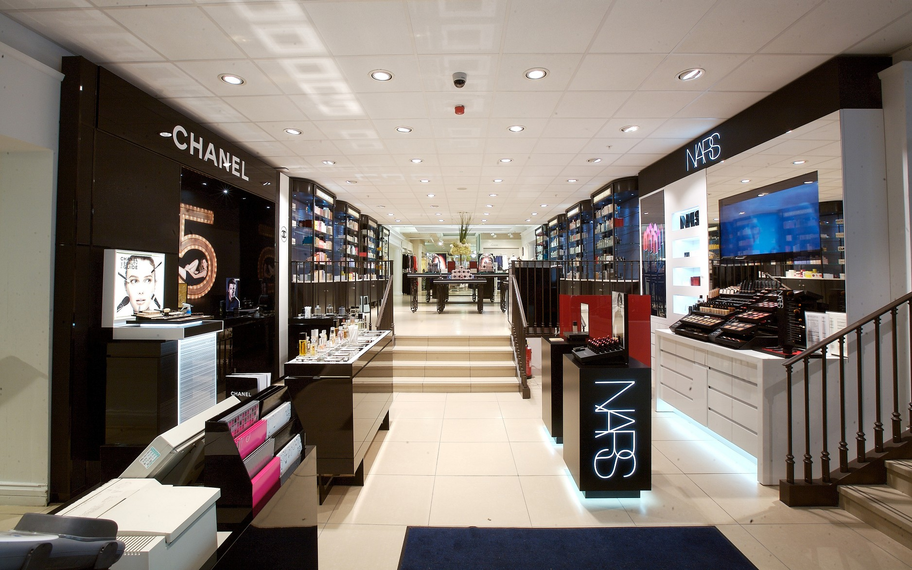 House of Frazer (HoF) in Bath, UK, wanted a new lighting design that would improve the shopping experience at its cosmetics department.