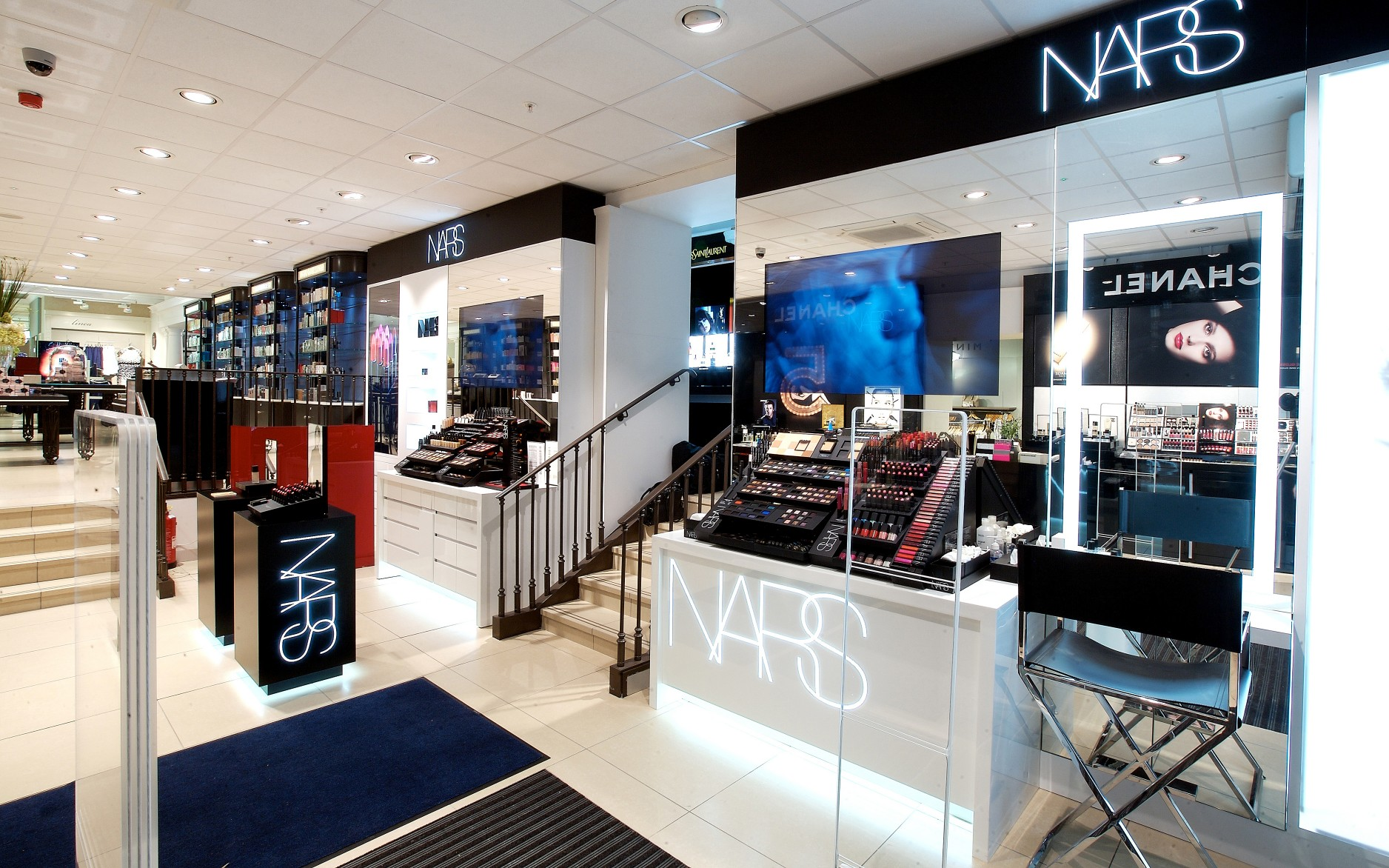 The luminaires use a high color rendering option to bring out colors on the makeup counters.