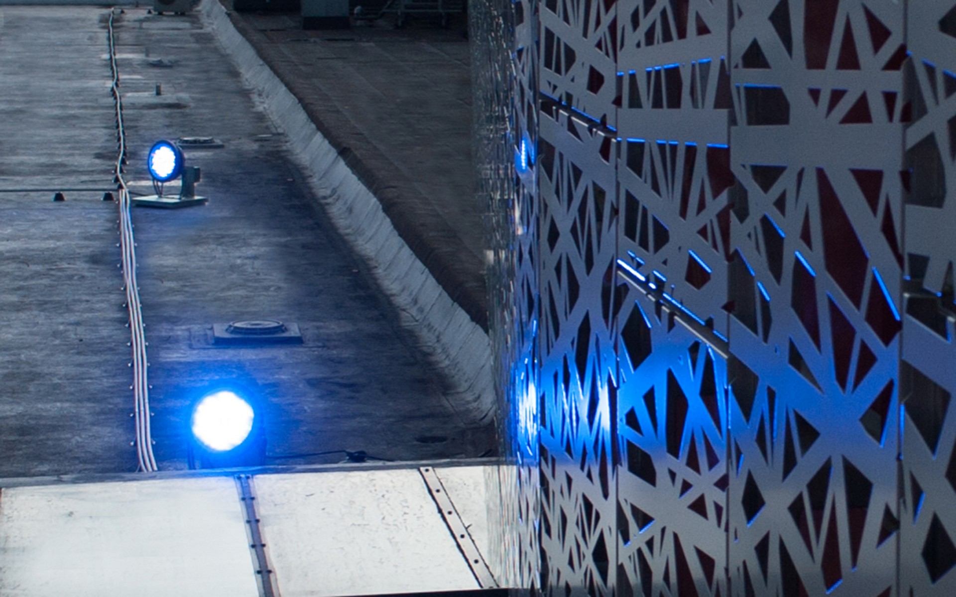 The luminaires were installed on the roofs of the surrounding buildings.