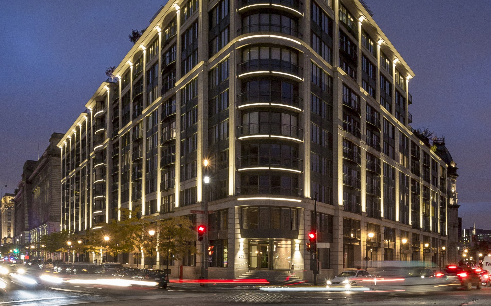 The Lumenfacade luminaires  create a unified, fluid look across the building's façade. – Ombrages