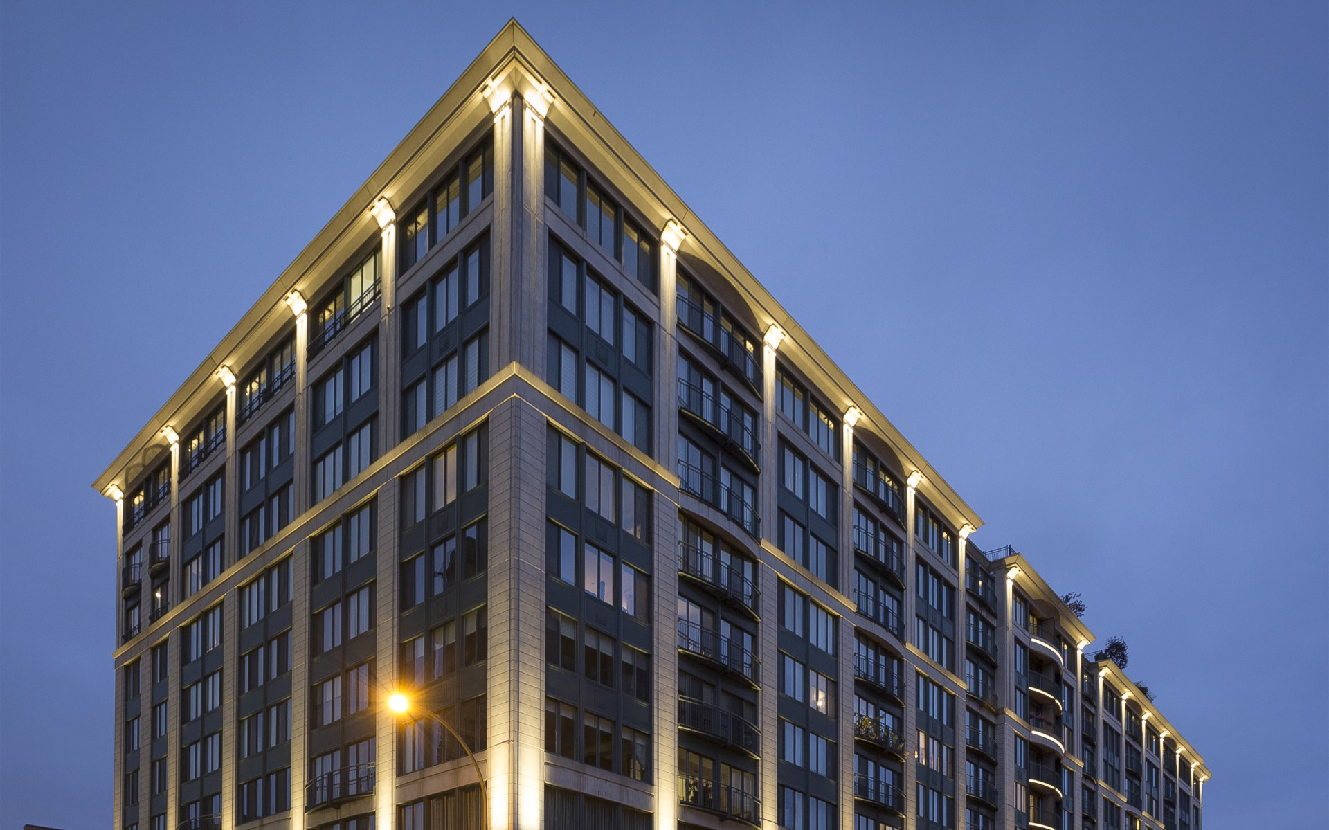 One McGill Street gives a glowing elegance to its surrounds. – Ombrages