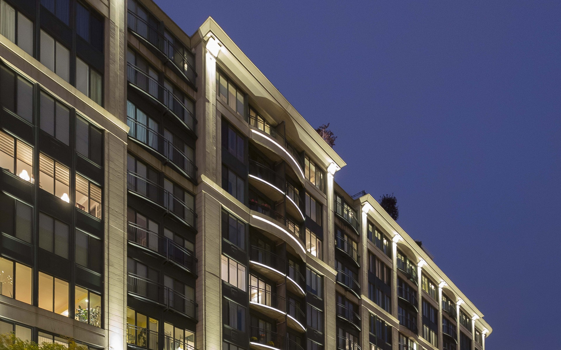The Lumenfacade luminaires used to graze the cornices were matched to the warmth of the pilaster luminaires. – Ombrages
