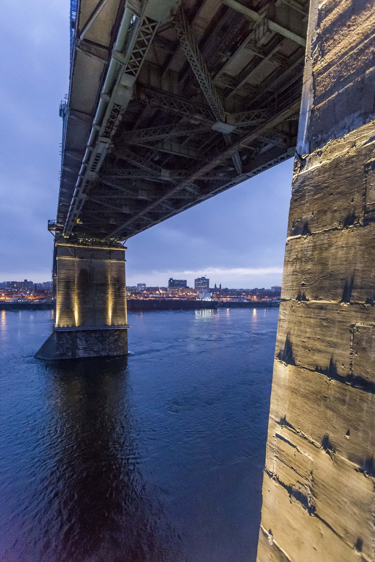 Le collectif a choisi environ 95 luminaires de haute-performance Lumenfacade pour éclairer les piliers du pont. – The Jacques Cartier and Champlain Bridges Incorporated
