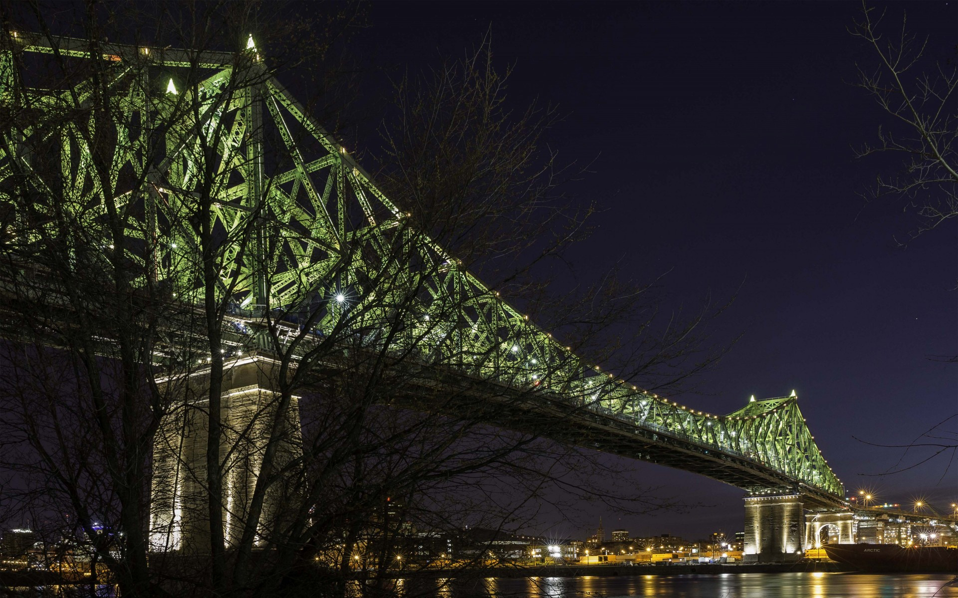 Le système de contrôle traduit visuellement l'humeur de Montréal selon la météo, la circulation et les grands événements par l'intensité, la vitesse et la densité de l'éclairage.  – The Jacques Cartier and Champlain Bridges Incorporated