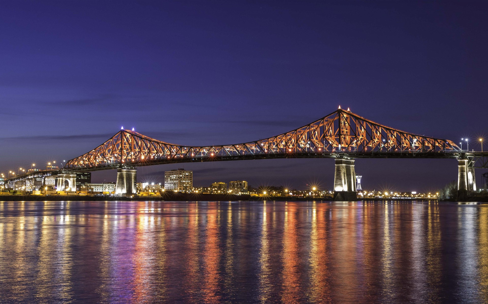 Quebec Lighting designers collaborated with a single purpose, creating an installation that will be enjoyed by all for the next 10 years and beyond. – The Jacques Cartier and Champlain Bridges Incorporated