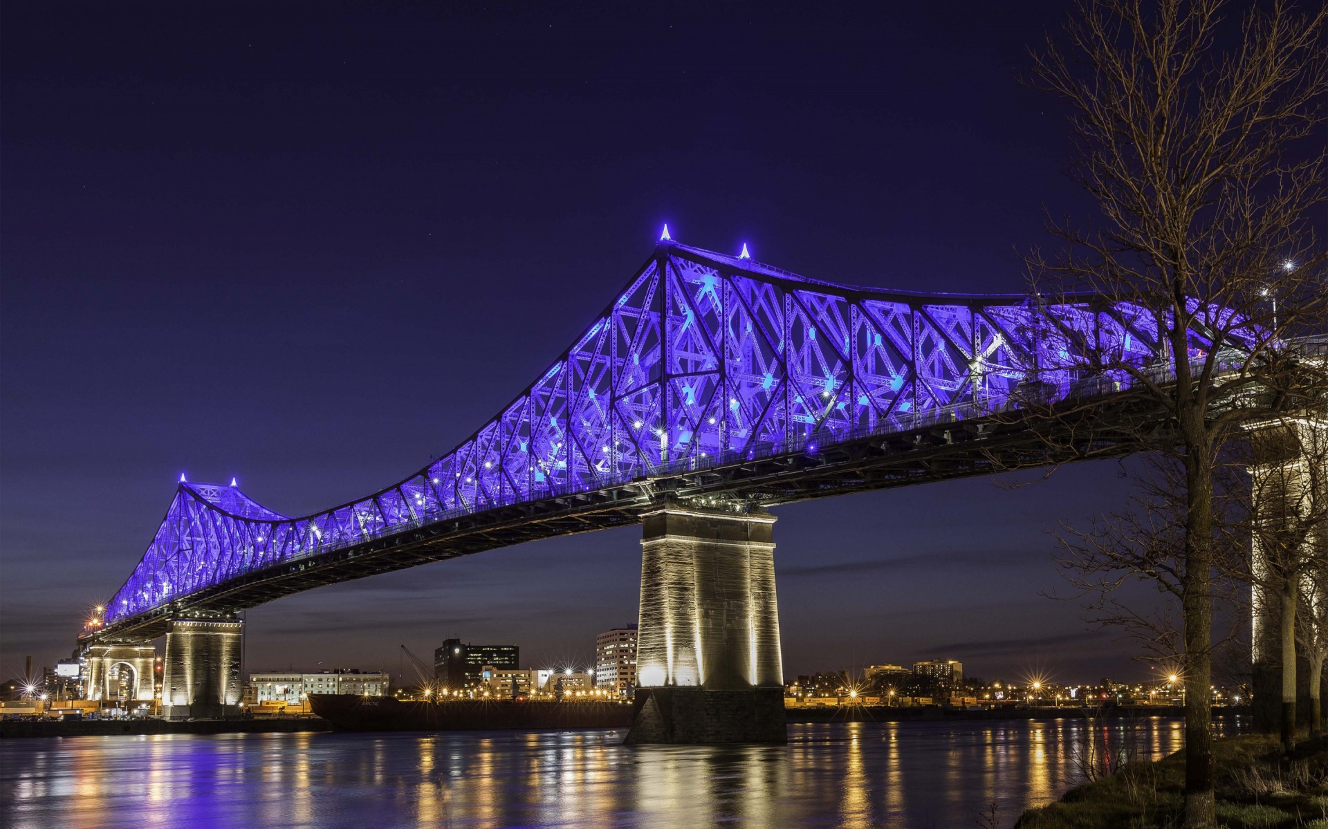480 appareils durables Lumenbeam XLarge à haut rendement, sont soigneusement dissimulés à même la structure, et baignent celle-ci d'une couleur uniforme. – The Jacques Cartier and Champlain Bridges Incorporated