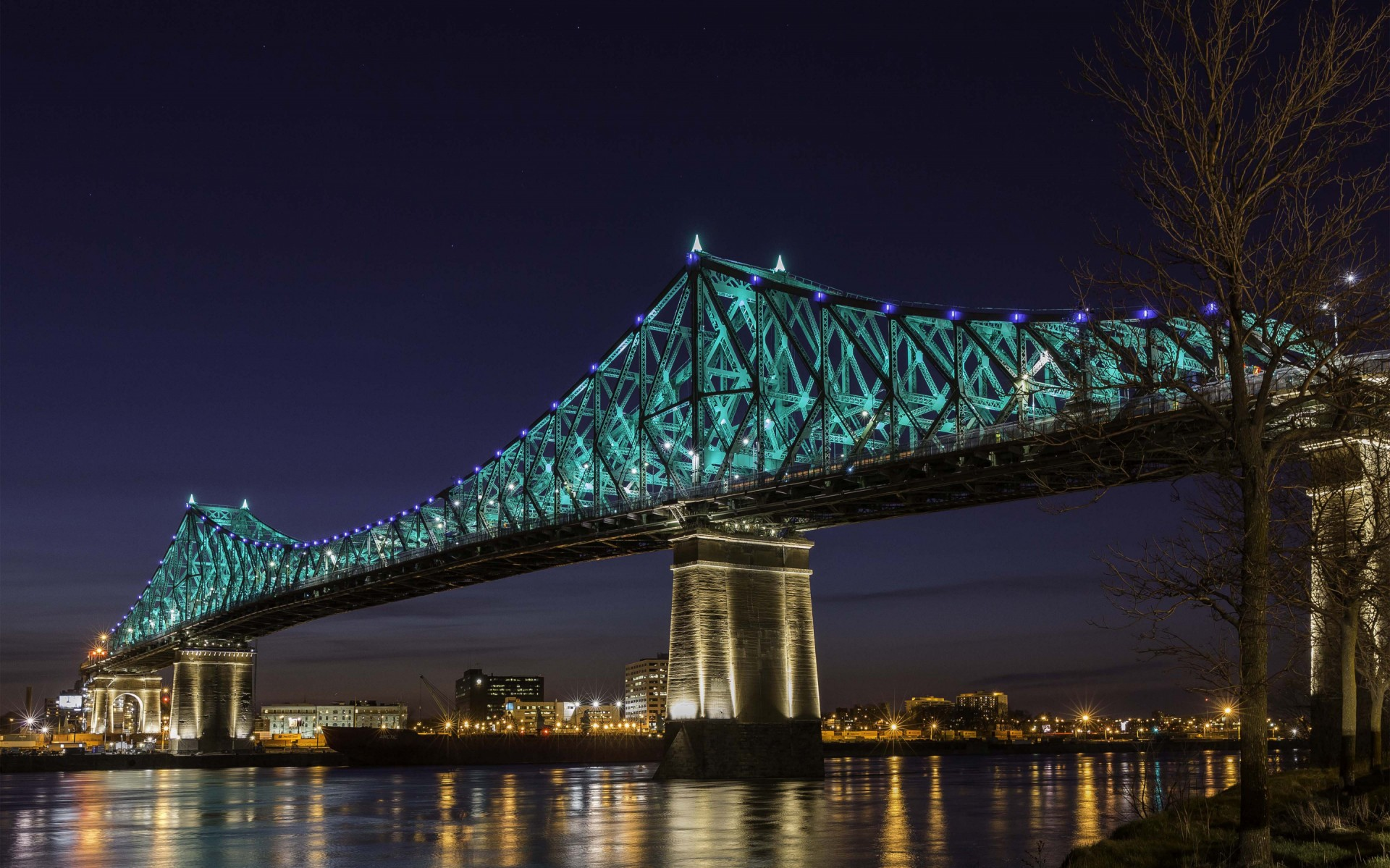 The fixture's performance, mix of colors and optics along with great industrial design made Lumenpulse the clear choice for this project. – The Jacques Cartier and Champlain Bridges Incorporated