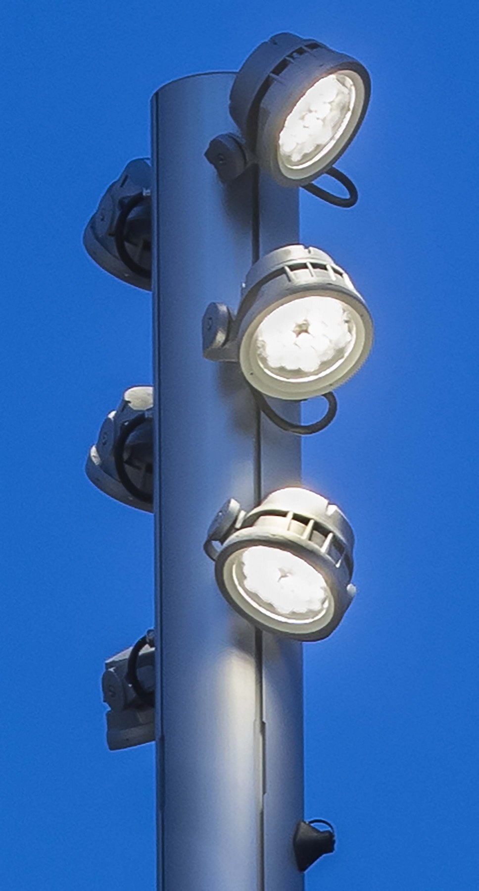 To meet this challenge, six Lumenbeam Medium luminaires were integrated with each of the 33 masts of the promenade. – Xavier Boymond